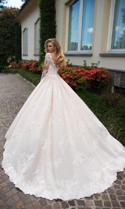 Чувственное свадебное платье цвета слоновой кости с впечатляющим фигурным декольте.