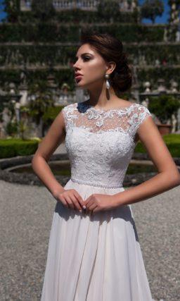 Изысканное свадебное платье «принцесса» с закрытым кружевным лифом и длинным шлейфом.
