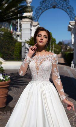 Атласное свадебное платье с вырезом в форме сердца под тонкой кружевной вставкой.