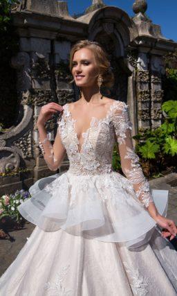 Сногсшибательное свадебное платье пышного кроя с объемной баской и глянцевой подкладкой.
