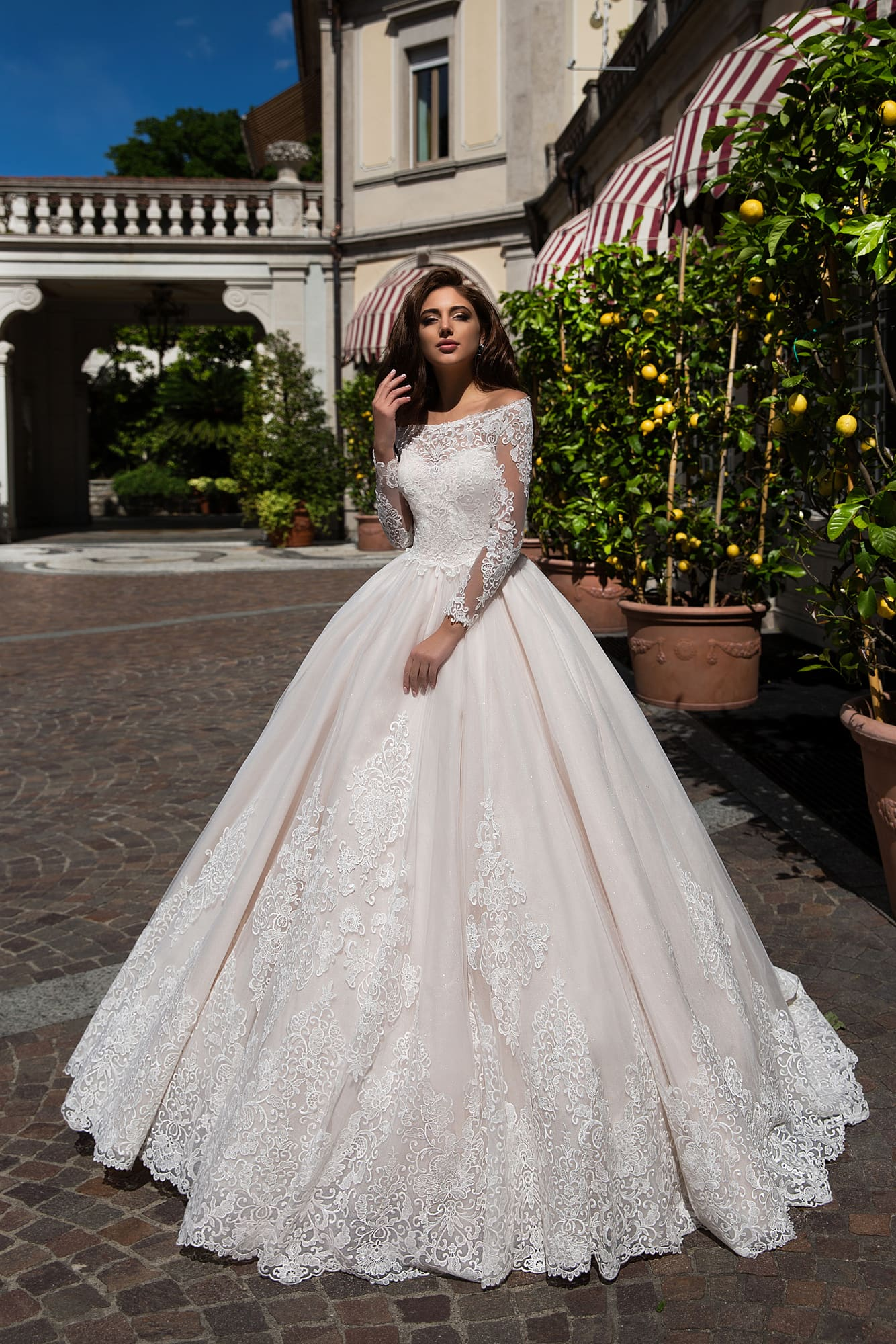 bbf6c290301 Пышное свадебное платье с эффектным портретным вырезом и рукавами из  кружевной ткани.