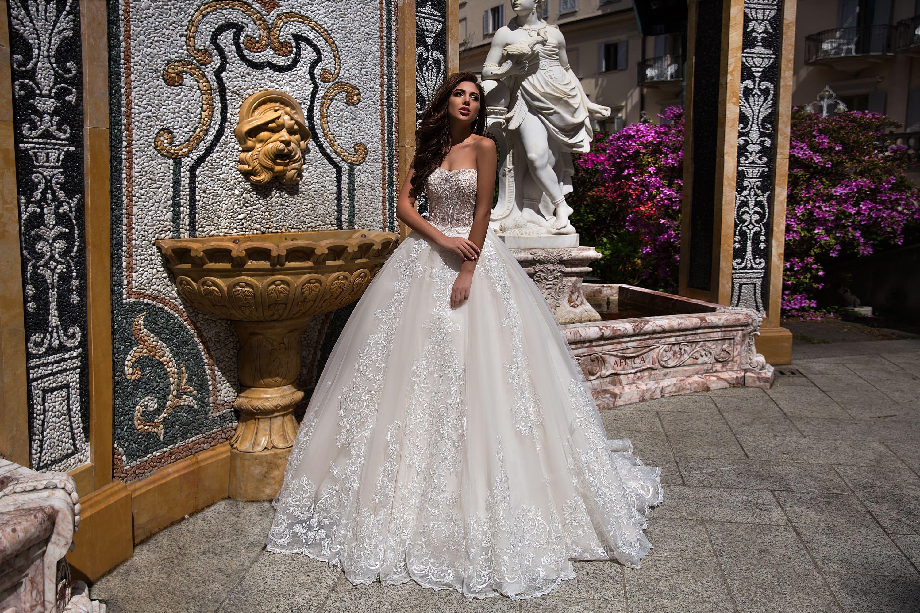 44e9484eb5769ec Пышное свадебное платье с фактурной отделкой и бежевым открытым корсетом.