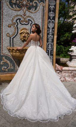 Пышное свадебное платье с фактурной отделкой и бежевым открытым корсетом.
