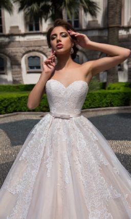 Изысканное свадебное платье кремового оттенка с открытым лифом-сердечком и кружевом.