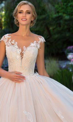 Пудровое свадебное платье с выразительным цветочным декором по пышной юбке.