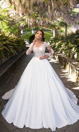 Атласное свадебное платье «принцесса» с верхом, создающим иллюзию полупрозрачности.
