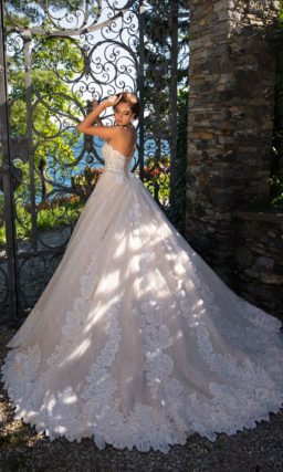 Бежевое свадебное платье с эксцентричным цветочным декором и открытым декольте.