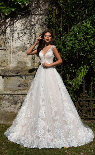 Необычное свадебное платье «принцесса» с крупным цветочным декором по низу подола.