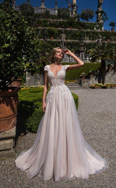Нежное свадебное платье с многослойной юбкой и эффектным кружевным корсетом.