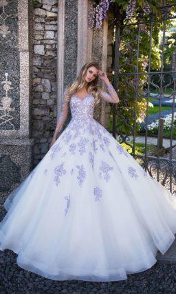 Оригинальное свадебное платье «принцесса» с необычной фиолетовой отделкой из кружев.