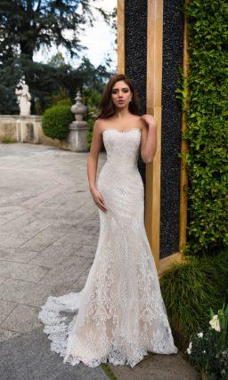 Деликатное свадебное платье «русалка» на пудровой подкладке, покрытое ажурным узором.