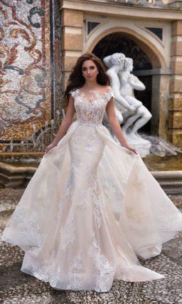 Кремовое свадебное платье «русалка» с пышной верхней юбкой и изысканным декором.