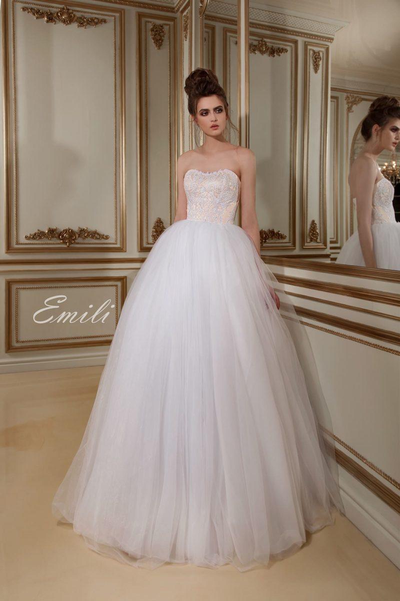 Торжественное свадебное платье с открытым фактурным корсетом и пышной юбкой из тюльмарина.