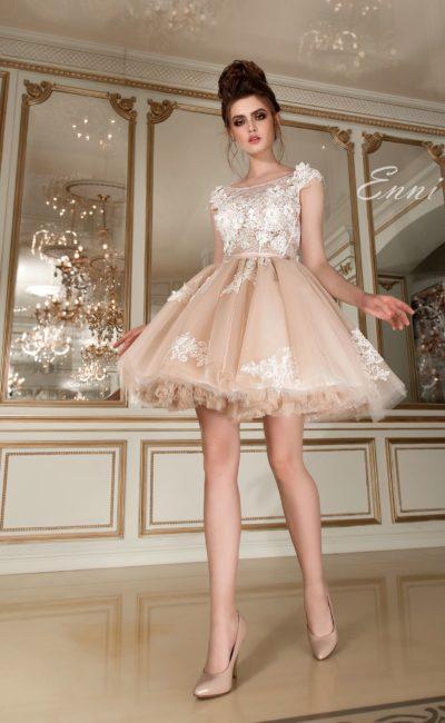 Кокетливое свадебное платье с белым кружевным верхом и бежевой юбкой длиной до середины бедра.