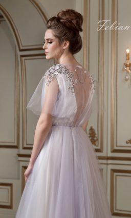 Элегантное свадебное платье прямого силуэта с сияющей серебристой отделкой на лифе.