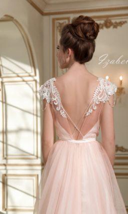 Розовое свадебное платье с изящным V-образным вырезом и легкой многослойной юбкой.