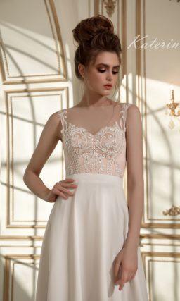 Прямое свадебное платье с элегантным бежевым лифом и деликатным шифоновым шлейфом.