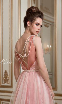 Яркое свадебное платье розового цвета с юбкой силуэта «принцесса» и закрытым лифом без рукава.