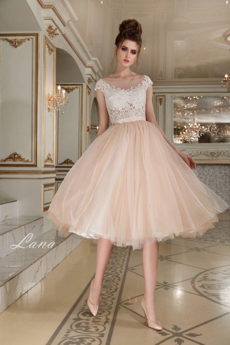 Оригинальное свадебное платье с кремовой юбкой из тюльмарина до колена и белым лифом.