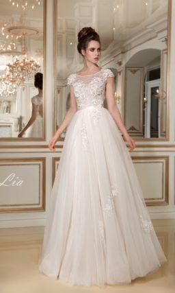 Деликатное свадебное платье «принцесса» с коротким рукавом и декором из аппликаций.