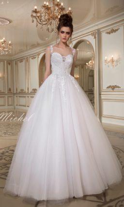 Изысканное свадебное платье пышного кроя с кружевным верхом и декольте в форме сердца.