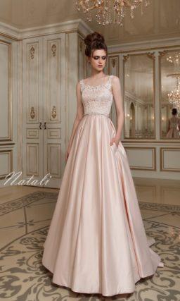 Изысканное свадебное платье розового оттенка с атласной юбкой А-силуэта и кружевным лифом.