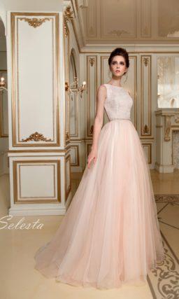 Свадебное платье с закрытым атласным лифом и многослойной розовой юбкой из тюльмарина.