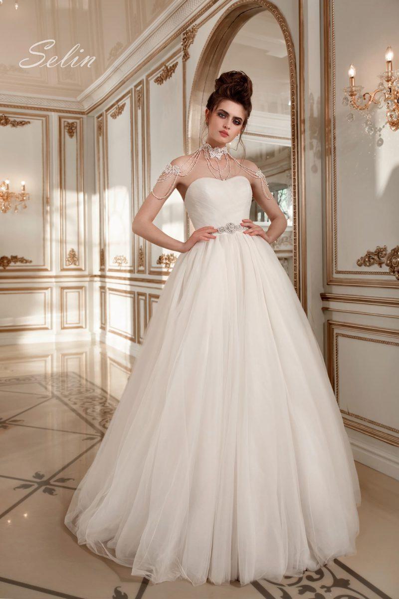 Открытое свадебное платье с эксцентричным кружевным кольте и элегантной воздушной юбкой.