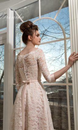 Роскошное свадебное платье «принцесса» бежевого цвета, покрытое кружевом с цветочным узором.