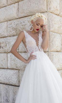 Свадебное платье с глубоким V-образным вырезом на стильном кружевном лифе.