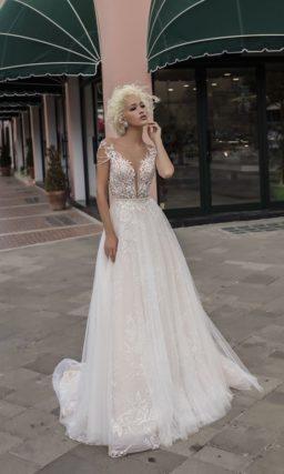 Прямое свадебное платье с белой кружевной отделкой на полупрозрачном лифе и стильной юбке.