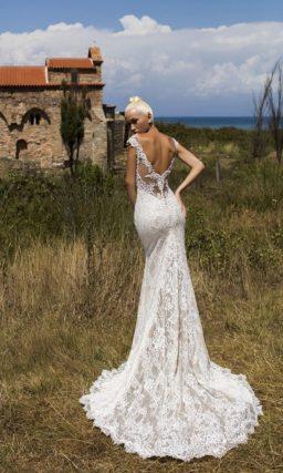 Пышное свадебное платье на бежевой подкладке с многослойной верхней юбкой и кружевом.