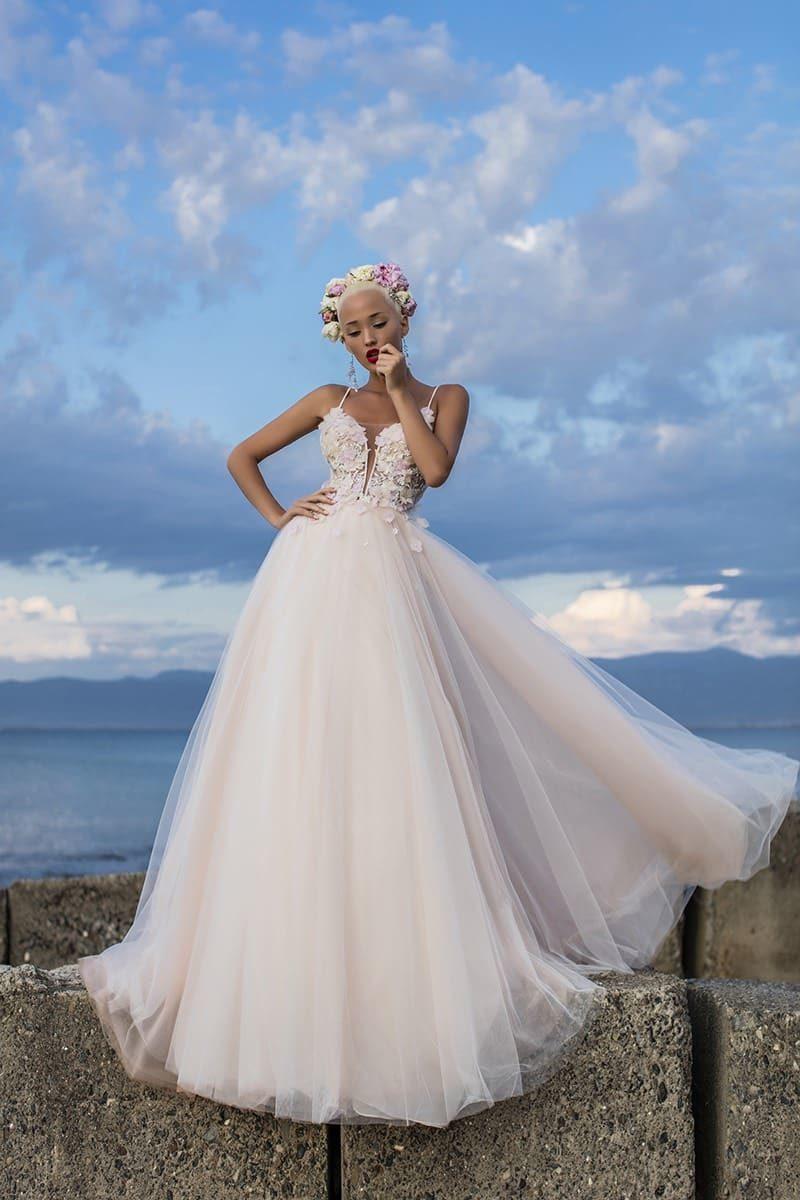 Пудровое свадебное платье с воздушной юбкой и открытым лифом на тонких бретельках.