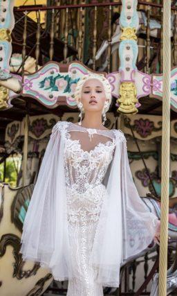 Кружевное свадебное платье облегающего кроя «русалка» с коротким фигурным рукавом.