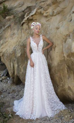 Свадебное платье с глубоким V-образным вырезом и нежной цветочной отделкой из кружева.
