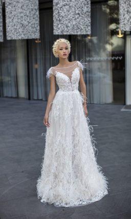 Эксцентричное свадебное платье прямого кроя с закрытым лифом, оформленное объемным кружевом.