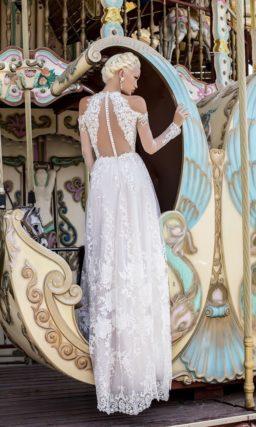 Прямое свадебное платье с кружевной отделкой и оригинальными бретелями на предплечьях.