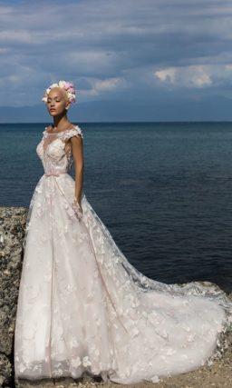 Пышное свадебное платье с узким розовым поясом и кружевной отделкой на юбке со шлейфом.