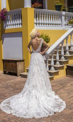Великолепное свадебное платье с коротким рукавом и прямой юбкой, покрытое кружевом.