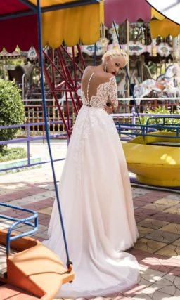 Романтичное свадебное платье «принцесса» с кремовым корсетом и длинным кружевным рукавом.