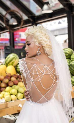 Эффектное свадебное платье в пудровых тонах со шлейфом и открытой спинкой.