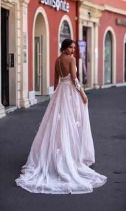 Розовое свадебное платье с глубоким вырезом «сердечком» и элегантным шлейфом на пышной юбке.