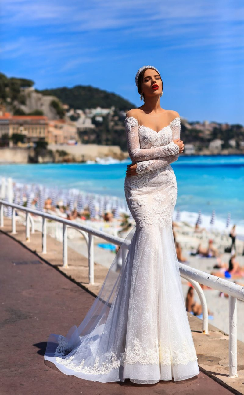 Соблазнительное свадебное платье «русалка» с фигурным декольте и длинными рукавами.
