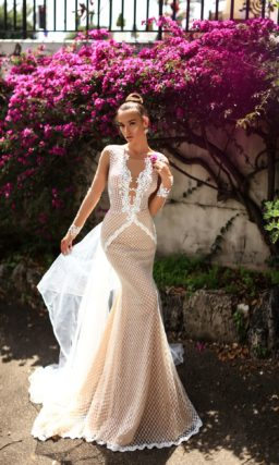Бежевое свадебное платье облегающего кроя, по всей длине оформленное белоснежной сеткой.