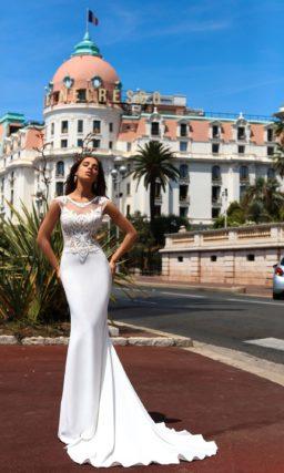 Облегающее свадебное платье с атласной юбкой и полупрозрачным кружевным лифом.