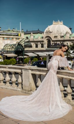 Персиковое свадебное платье «рыбка» с портретным декольте и эффектными пышными рукавами.