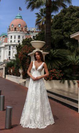 Элегантное свадебное платье «принцесса» с V-образным вырезом и изящной кружевной юбкой.