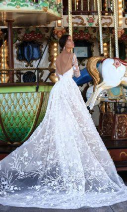 Пышное свадебное платье с длинным рукавом и отделкой кружевом с крупным рисунком.
