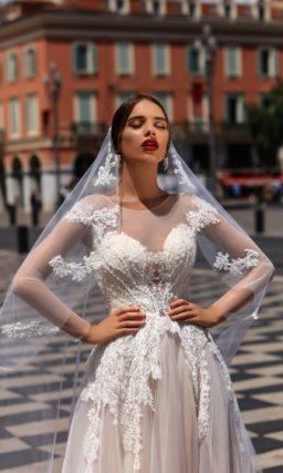 Романтичное свадебное платье с кружевным закрытым лифом и многослойной розовой юбкой.