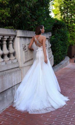 Оригинальное свадебное платье с открытым лифом на бретелях и юбкой сложного кроя со шлейфом.